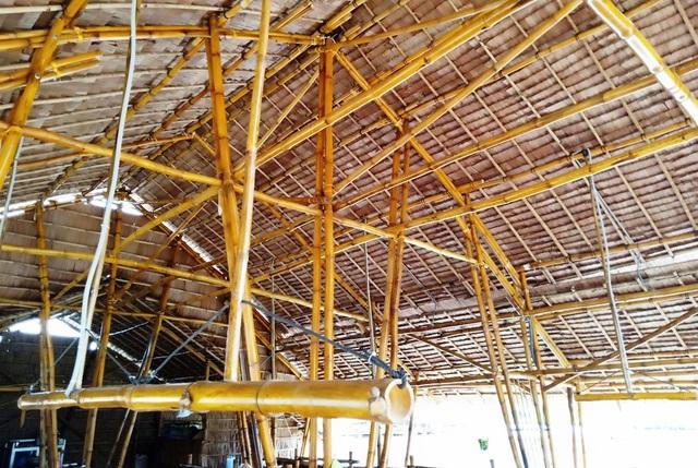Mái nhà ăn trung tâm được lợp bằng lá; toàn bộ khung sườn căn nhà được làm bằng tre