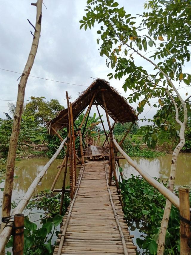 Khi đến khu nhà nghỉ của thầy giáo Phong, mọi phương tiện đều để bên đây cầu để tránh làm ồn cho du khách nghỉ ngơi