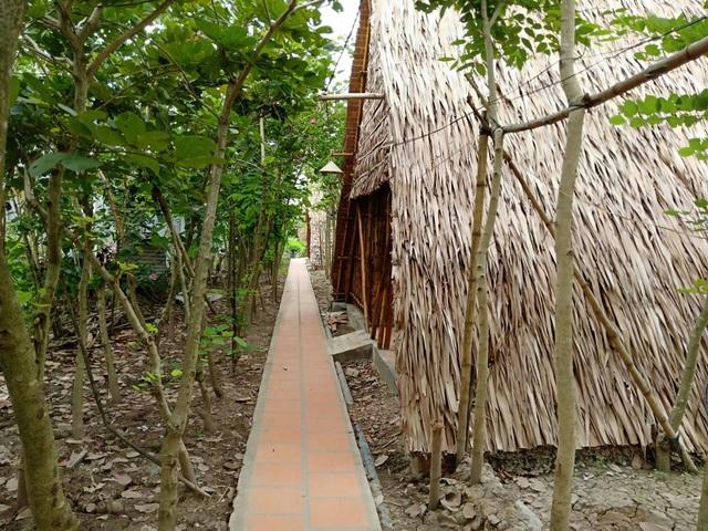 Lối nhỏ dẫn vào khu nhà nghỉ rợp bóng cây...