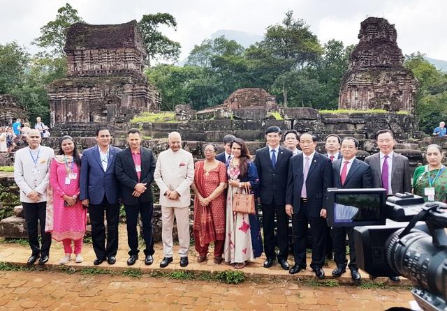 Tổng thống Ấn Độ chụp hình lưu niệm cùng lãnh đạo tỉnh Quảng Nam ở Mỹ Sơn