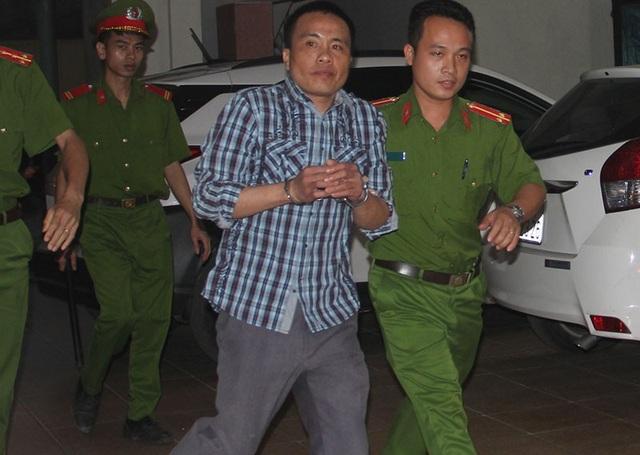 Bị cáo được dẫn ra xe chở phạm nhân sau khi phiên tòa kết thúc.