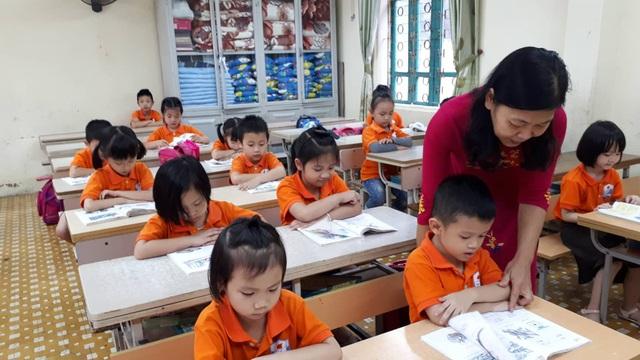 Với cô Hằng, dạy học sinh lớp 1 ngoài dạy chữ còn phải làm mẹ.
