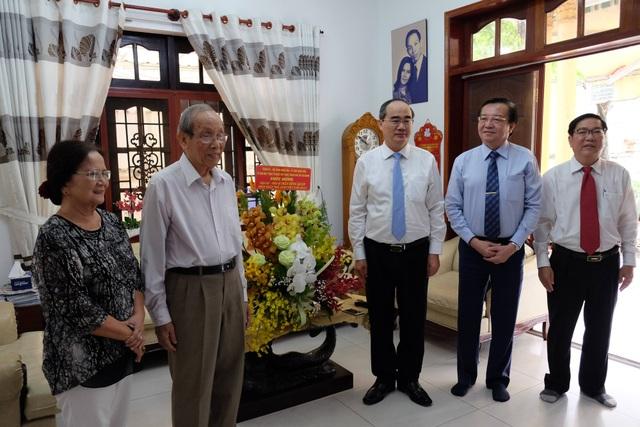 Lãnh đạo TPHCM thăm các nhà giáo lão thành nhân ngày Nhà giáo Việt Nam