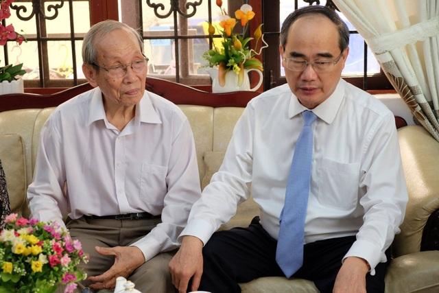 Bí thư Thành uỷ TPHCM Nguyễn Thiện Nhân đến thăm và trò chuyện cùng GS Trần Hồng Quân, nguyên Bộ trưởng Bộ GD-ĐT
