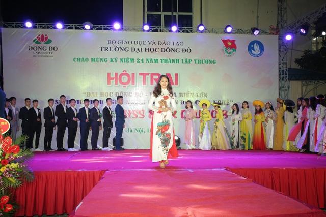 Á khôi 2 Khánh Linh trong phần thi áo dài.