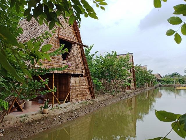 Hiện khu nhà nghỉ của thầy Phong có 4 căn nhà lá nhỏ xinh thế này. Sắp tới thầy làm thêm khu vui chơi, vườn rau và một khu nhà ở theo kiểu liền kề cho khách đoàn ở
