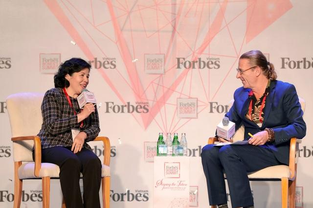 Bà Mai Kiều Liên trò chuyện cùng ông Dominic Scriven, Chủ tịch quỹ đầu tư Dragon Capital trên sân khấu Women Summit 2018 do Forbes Việt Nam tổ chức (Ảnh: Lý Võ Phú Hưng)