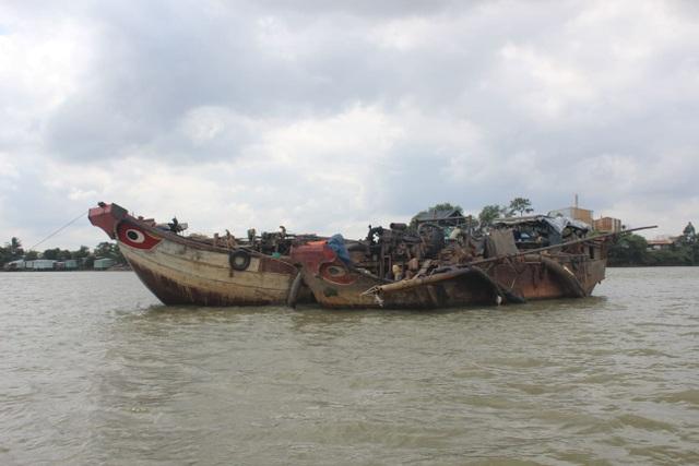 2 chiếc thuyền máy được trang bị hệ thống bơm hút cát trái phép bị bắt giữ