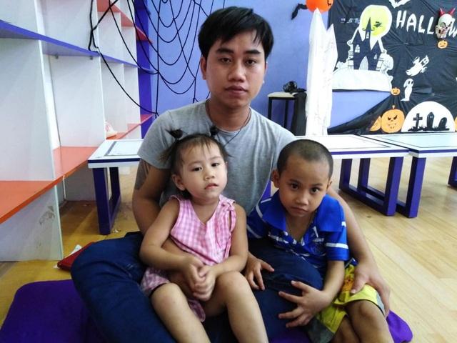 Mỗi lúc đưa Phước Thiện đi viện, anh Phước dẫn theo cả bé nhỏ đi cùng để đỡ tốn tiền gửi trẻ 50.000 mỗi ngày