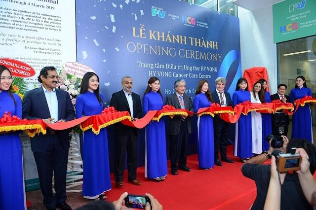 Đại diện bệnh viện FV, quỹ Quadria, bệnh viện HCG và Hội Ung thư Việt Nam cắt băng khánh thành Trung tâm Điều trị Ung thư Hy Vọng