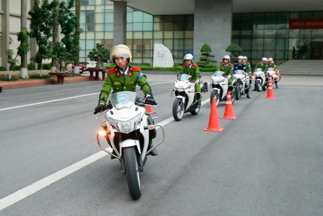 Nữ sinh cảnh sát trổ tài lái môtô phân khối lớn - 12