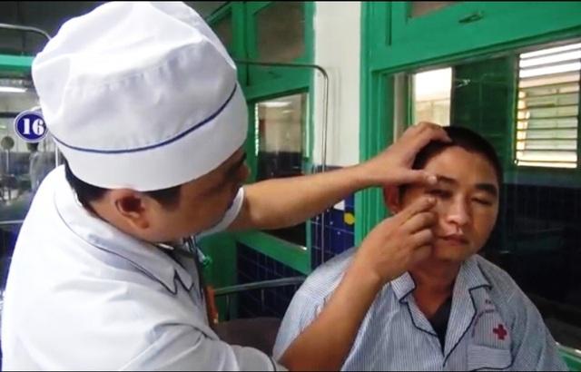 Anh Phạm Phong Phú cố nén cơn đau kể lại sự việc.