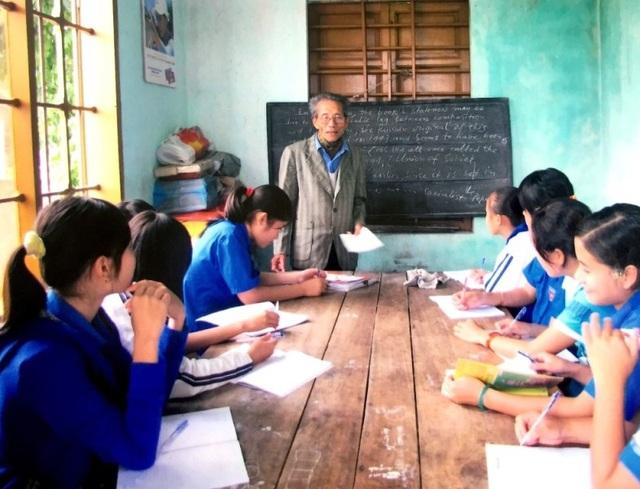 Thầy Nệ trong một tiết truyền lửa cho các em học sinh ở những làng quê nghèo của huyện Quảng Trạch, tỉnh Quảng Bình. (Ảnh: Nhân vật cung cấp)