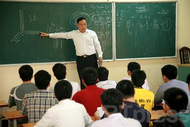 GS.TSKH Nguyễn Đình Đức giảng bài cho sinh viên