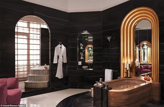 Phòng Maharani Suite với tông màu hồng là chủ đạo trong trang trí, đi kèm với phòng ngủ là các phòng tắm, phòng thay đồ và phòng ăn đều có diện tích lớn.