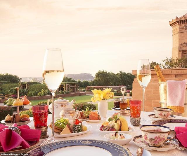 Những bữa ăn riêng tư với không gian đẹp, được phục vụ chu đáo luôn sẵn sàng đáp ứng nhu cầu của cặp đôi mới cưới.