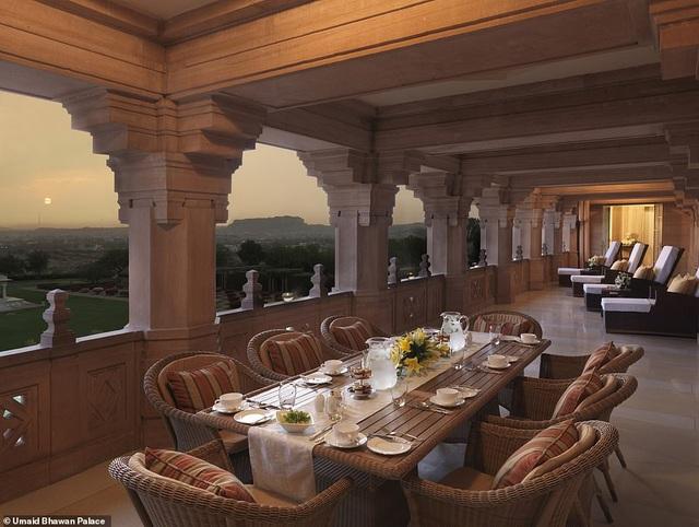 Hành lang phòng Maharani Suite có thể dùng làm nơi tiếp đón khách khứa thân mật và những bữa tiệc nhỏ riêng tư.