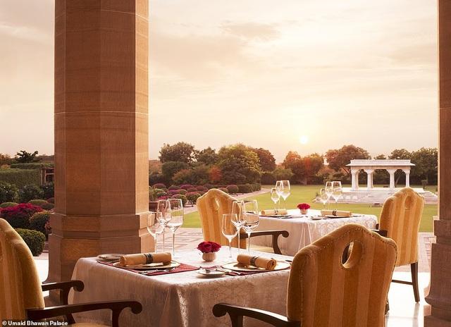 """Không gian khách sạn nổi tiếng với """"view"""" đẹp để nhìn ngắm cảnh hoàng hôn."""