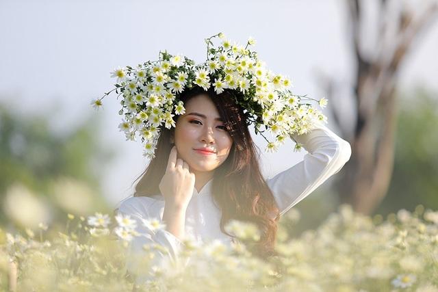 Bạn Trần Nhật Anh - Sinh viên Học Viện Hành chính Quốc gia, Top 25 hoa khôi sinh viên Hà Nội 2018, chia sẻ: Cúc họa mi là một loài hoa nhẹ nhàng, trắng tinh khôi tuy hoa mới chớm nở nhưng mình đã thu xếp một buổi chụp để lưu giữ lại những bức ảnh đẹp nhất với loài hoa mà mình thích nhất.