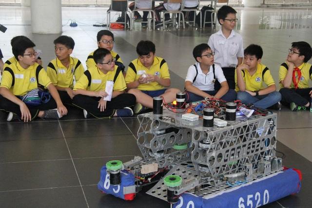 Các em học sinh thích thú trải nghiệm công nghệ robot, tự động hóa tại GART Expo 2018.