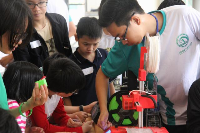 Chiếc máy in 3D kích thích sự háo hức, tò mò của các em nhỏ.