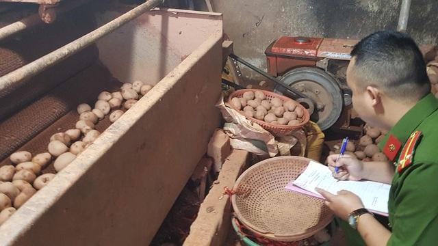 Một vụ gian lận về xuất xứ hàng hóa khi khoai tây Trung Quốc lấy mác khoai tây Đà Lạt để tuồn ra thị trường.