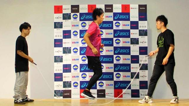 Ban đầu Ikuyama nhảy dây với 2 người giúp đỡ để quay dây, nhưng sự phối hợp không nhịp nhàng khiến anh thường mắc lỗi và mất nhiều thời gian