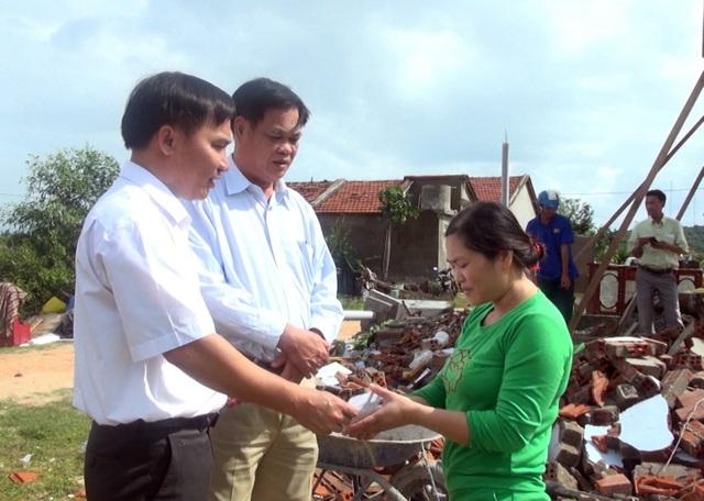Ông Huỳnh Tấn Việt (áo dài tay) đã đến thăm hỏi, động viên các gia đình gặp nạn