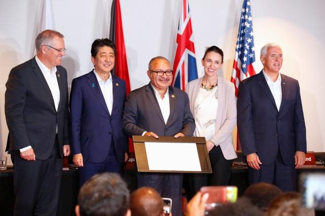 Từ trái qua phải: Thủ tướng Australia Scott Morrison, Thủ tướng Nhật Bản Shinzo Abe, Thủ tướng Papua New Guinea Peter O'Neill, Thủ tướng New Zealand Jacinda Ardern và Phó Tổng thống Mỹ Mike Pence chụp ảnh chung sau khi ký thỏa thuận hợp tác ngày 18/11. (Ảnh: Reuters)