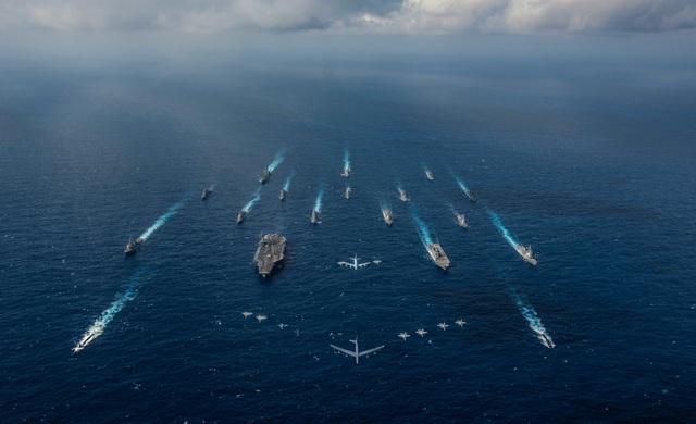 Các tàu và máy bay của Mỹ và Nhật Bản tập trận tại biển Philippines ngày 8/11. (Ảnh: Reuters)