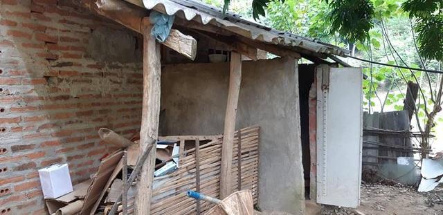 Nhà tắm quây tạm mấy bức tường thông thống gió, mỗi lần đi tắm thì phải có người canh bên ngoài tránh bị nhìn trộm