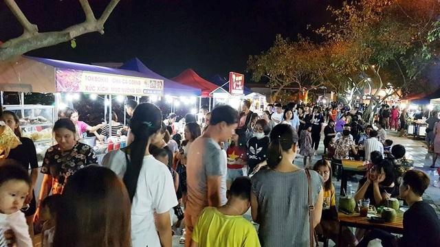 Tuy chưa hoạt động chính thức nhưng vào dịp cuối tuần phố đi bộ Ninh Bình luôn đông nghịt người.
