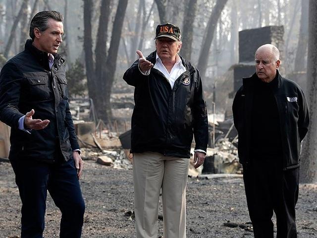 Tổng thống Mỹ Donald Trump trao đổi với Thống đốc California đắc cử Gavin Newsom (trái) và Thống đốc California sắp ra đi Jerry Brown (phải) khi đến thị trấn Paradise, bang California (Mỹ) ngày 17-11. Ảnh: AP