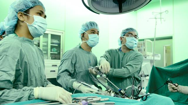 Các bác sĩ đang phẫu thuật cứu bệnh nhân