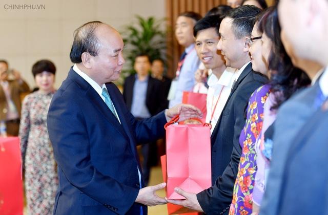 Thủ tướng Nguyễn Xuân Phúc tặng quà các nhà giáo - Ảnh: VGP/Quang Hiếu