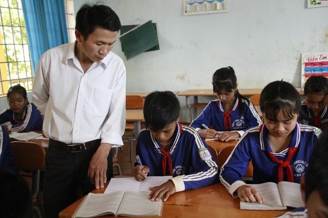 Thầy tận tình với từng học sinh và hướng dẫn các em đạt được nhiều thành tích cao trong các kỳ thi