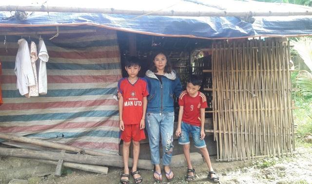 Vi Tuấn Khanh (bên phải) người 7 năm đưa bạn đến trường sông trong một căn nhà rách nát, tạm bợ. Các giáo viên Trường THCS Hạnh Thiết đã kêu gọi vận động được 100 triệu đồng để xây nhà cho Khanh.