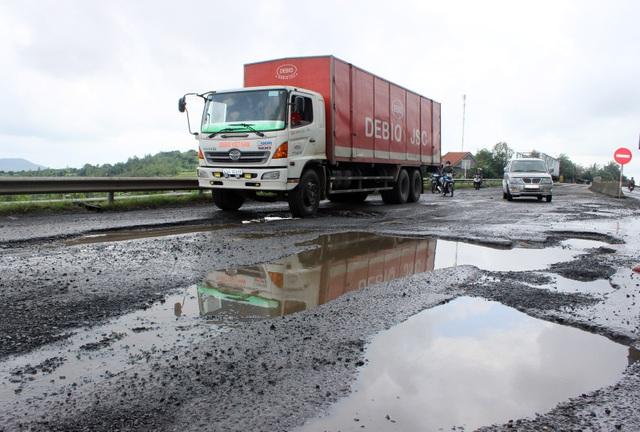 Theo báo cáo nhanh của Sở GTVT tỉnh Phú Yên, trong 2 ngày 17-18/11 tại QL 1 đoạn qua tỉnh Phú Yên mưa lũ đã làm phát sinh thêm nhiều ổ gà, sình lún, gây ra hàng chục tai nạn giao thông, chủ yếu là sập ổ gà dẫn đến lật xe.