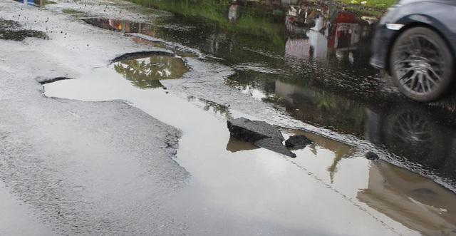 """Bên cạnh đó, việc thực hiện đảm bảo an toàn giao thông trong thời gian xảy ra mưa lũ chưa kịp thời, chưa đáp ứng được lưu thông an toàn cho các phương tiện, nhất là khi có mưa, nước ngập mặt đường, người tham gia giao thông không thấy được ổ gà để tránh nên đã xảy ra nhiều vụ tai nạn gây bức xúc trong nhân dân"""" - ông Trí thông tin."""