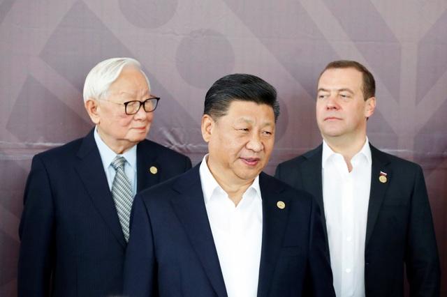 Chủ tịch Tập Cận Bình (giữa) đứng trước Thủ tướng Nga Dmitry Medvedev (phải) và đại diện Đài Loan Morris Chang trong nghi thức chụp ảnh chung tại hội nghị APEC ở Papua New Guinea ngày 18/11. (Ảnh: Reuters)