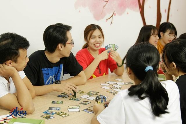 Lớp học Akira tập trung vào các hoạt động học qua tương tác, giúp học viên tiếp thu kiến thức dễ dàng hơn. (Ảnh từ Website akira.edu.vn)