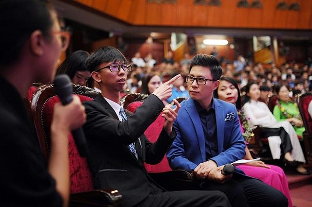 Thầy giáo Võ Duy Quang chia sẻ về những trăn trở của anh trong hơn 4 năm giảng dạy, chăm sóc cho những học sinh khiếm thính cùng cảnh ngộ