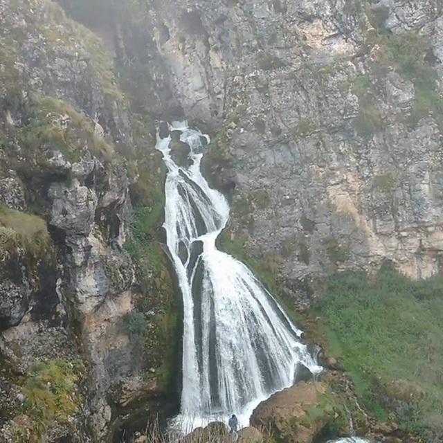 Thác nước hình cô dâu mặc váy cưới hiện lên giữa đại ngàn