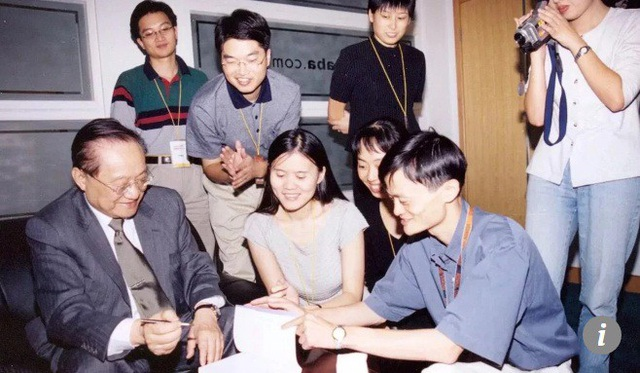 """Bút tích của Kim Dung tặng cho Mã Vân trong cuộc gặp để lại ký ức sâu đậm trong Mã Vân: """"Tôi thà rời bỏ cả một kho tàng của cải chọn lấy hai bàn tay trắng còn hơn phải đánh đổi lòng chính trực của mình. Tiền tài có thể gác sang bên, nhưng trung tín không bao giờ được xem nhẹ""""."""