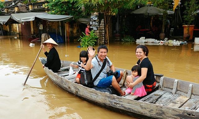 Hội An là điểm lựa chọn không thể thiếu của du khách khi đi du lịch. Trong ảnh: Du khách trải nghiệm mùa nước lụt trên phố cổ Hội An