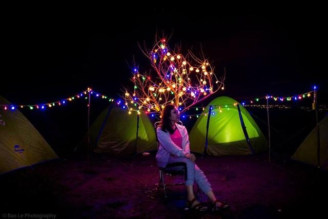 Thời tiết Tà Năng ban đêm se lạnh, nhưng không không khí dễ chịu và trong lành. Ngủ lều bằng túi ngủ, bạn sẽ dần chìm vào giấc ngủ trong sự yên ắng của ánh trăng, tiếng côn trùng rả rích, sự tĩnh lặng của cây cỏ và ngọn đồi rin rít gió. Đây chắc chắn là một trải nghiệm khó quên khi khám phá cung trek này.