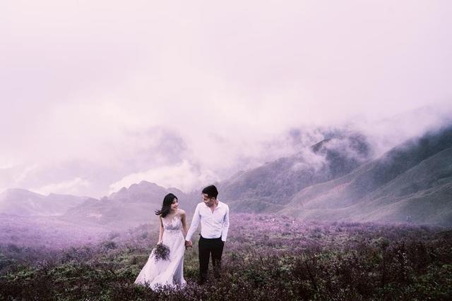 Cùng với sắc tím của hoa Chi Pâu, Tà Chì Nhù còn nổi tiếng là cung đường săn mây yêu thích của những người ưa khám phá, trải nghiệm. Ngay từ chân núi, màn sương mờ ảo đã bao phủ khắp nơi, những áng mây lững lờ trôi ngang người, cảm giác đưa tay là có thể chạm vào mây trời. Ảnh: Hai Le Cao
