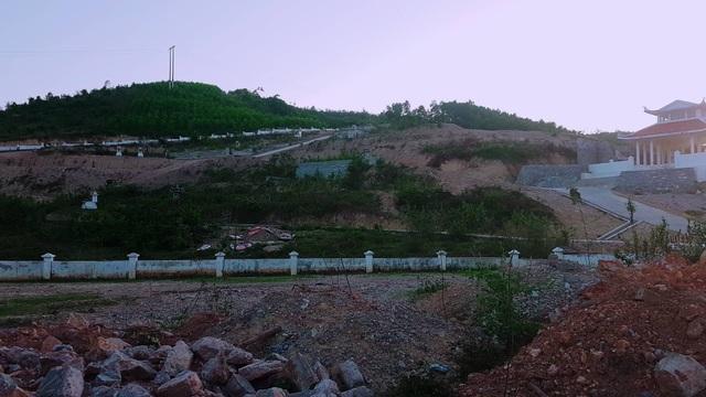 Nghĩa trang xây trên lưng chừng đồi nhưng cơ quan quản lý lại đồng ý cho doanh nghiệp khai thác đất đề... san nền dự án