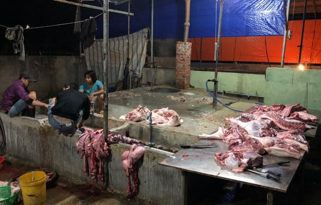 Thịt heo tại lò mổ heo lậụ được để tràn lan trên nền nhà không đảm bảo vệ sinh.