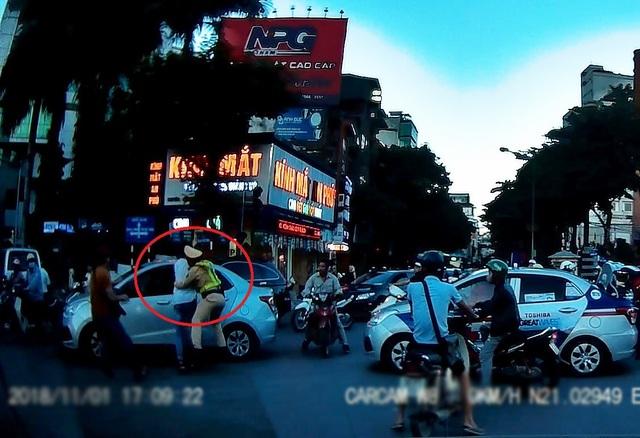 Ngay sau khi phát hiện sự việc, một số cán bộ Tổ công tác Y19/141 (Công an Hà Nội) cố gắng khống chế lái xe taxi loạn đả trên phố